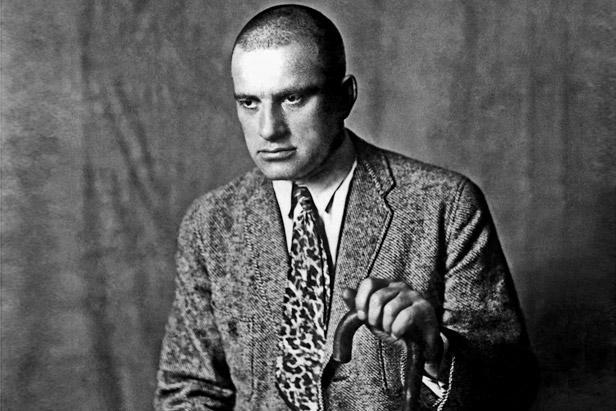 Многубројните фотографии на ВЛАДИМИР МАЈАКОВСКИ сведочат за неговата љубов кон вратоврските - во секаква боја, форма и материјал.