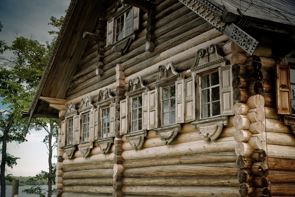 Whether large or small, the exteriors of these log houses were traditionally decorated with elaborate window surrounds (nalichniki) and carved decorative endboards (prichelina) for the roof. In the 18th and 19th centuries, patterns derived from folk art became particularly elaborate.