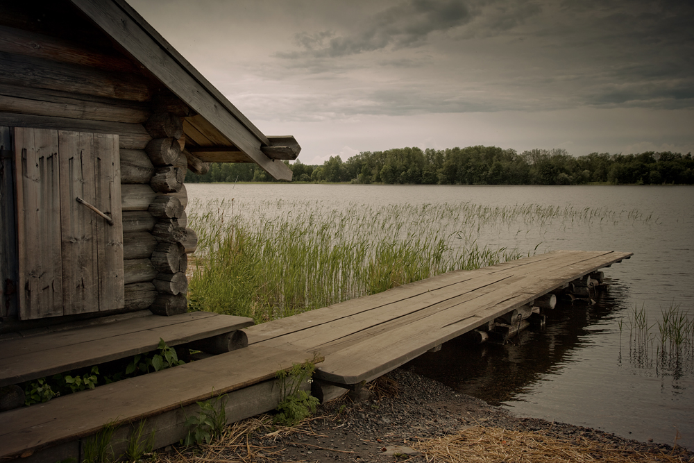 Located on the northwestern shore of Lake Onega, in the Republic of Karelia, Kizhi displays the wooden structures that define the traditional culture of the Russian north.