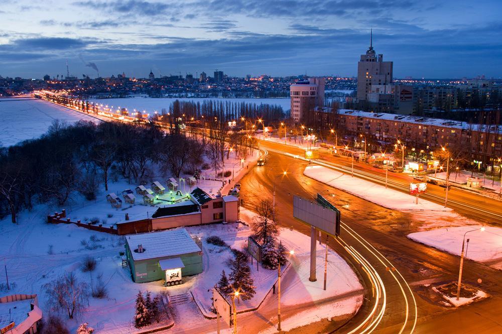 Voronezh es una ciudad en la parte europea de Rusia, el centro administrativo de la provincia de Voronezh. Situado en las orillas del embalse de Voronezh del río Voronezh a 8,5 km de su desembocadura en el río Don, desde Moscú 534 km. Voronezh se considera la cuna de la Armada rusa y de las fuerzas aerotransportadas. El 16 de febrero del 2008  por el coraje, la fortaleza y el heroísmo mostrado por los defensores de la ciudad en la lucha por la libertad e independencia de la Patria, Voronezh fue galardonado con el título de la Federación de Rusia- Ciudad de Gloria Militar.Fuente: Andrei Kirnov