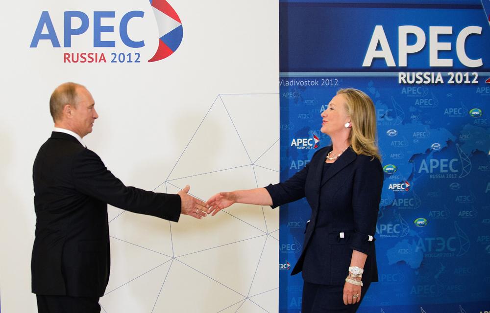 2012年9月1~8日//2012年APECロシアが極東重視の政策を打ち出す//今年のアジア太平洋経済協力会議(APEC)会合はウラジオストクで開かれ、9月11日に幕を閉じた。ロシアは、この機会を利用してアジア太平洋地域を重視する方向性を示した。「EUとの貿易額は未だに50%を超えていますが、ロシアが経済を多様化させてより強力になり、原材料に対する依存を軽減するには、このバランスに変化が生じなければならないことに気づくべきです。最低でも国外貿易の50%がアジア太平洋地域対象となるべきです」とイゴール・シュヴァノフ副総理は述べた。シュヴァノフ氏の考えでは、中国、日本、韓国や米国との貿易や投資協力が含む可能性は、まだ4分の1も実現されていない。