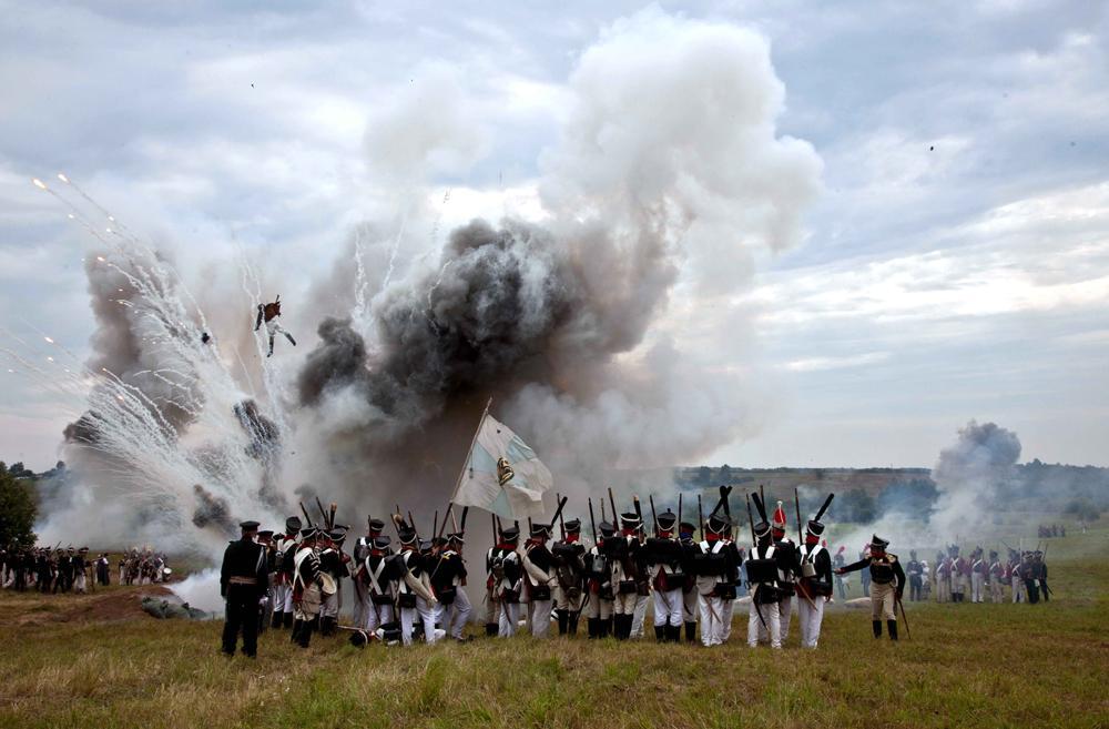 2012年9月7日//1812年祖国戦争の200周年記念//今年、ロシアはナポレオン率いるフランス軍に対して勝利した1812年祖国戦争の200周年記念を祝う。ロシア国民により祖国戦争と名付けられたこの1812年の戦いは、外国人には主にレフ・トルストイの著作『戦争と平和』 を通じて知られている。この作品は、一見無敵とされたコルシカ島出身のナポレオンが、いかに敗北を味わったかを物語ったものだ。当初は数の上でフランス軍が上回っており、ロシアの2個軍団は退却して大きな戦闘を回避した。結果的にスモレンスクで軍隊を統合し、クトゥーゾフ総司令官がロシア軍の指揮を執った。最も熾烈な戦いは、9月7日にモスクワから西へ100キロほどのボロディノで繰り広げられた。