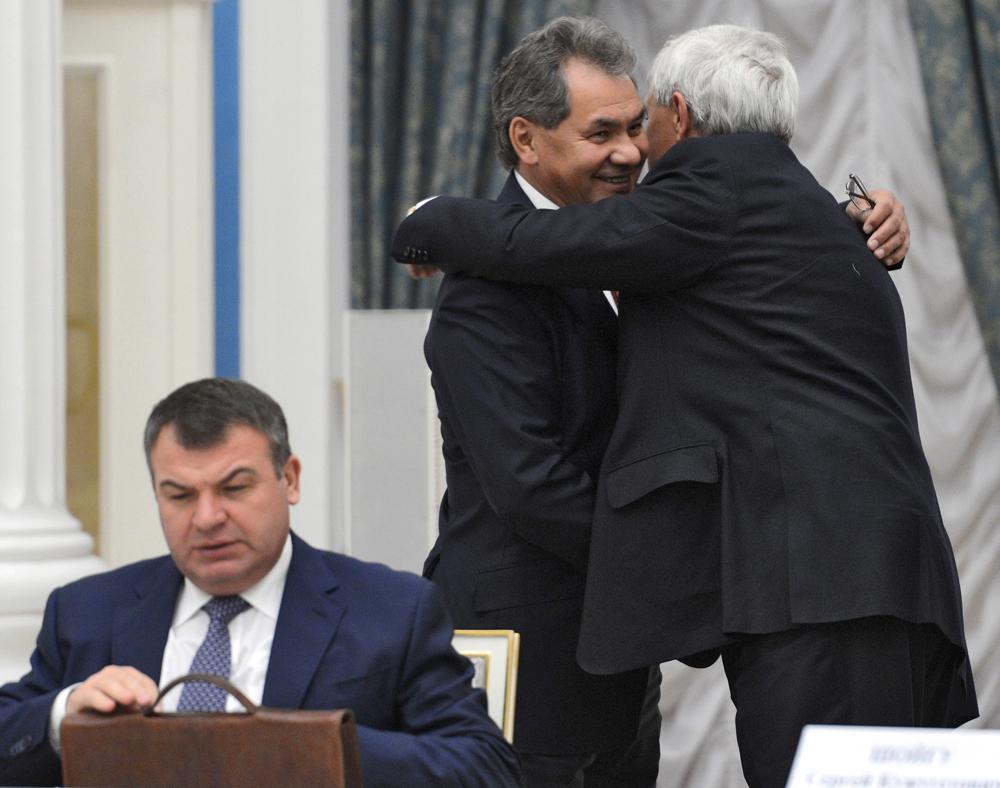 2012年11月6日//新国防相//2012年11月、経済学を専門とし、2007年よりロシア国防相を務めたアナトーリ・セルデュコフ氏は汚職スキャンダルに巻き込まれ、最終的に更迭された。 元非常事態相のセルゲイ・ショイグ氏は、2012年4月にモスクワ州知事に就任したばかりだったが、後継の国防相に任命された。長期間「ロシアのホワイトハウス」(ロシア連邦政府庁舎)を活動拠点としてきたショイグ氏は、ボリス・エリツィン、ウラジーミル・プーチン(2回)、そしてドミトリー・メドベージェフ大統領の下で閣僚ポストを歴任した。彼の任命は、政府内のさまざまな部署で歓迎された。
