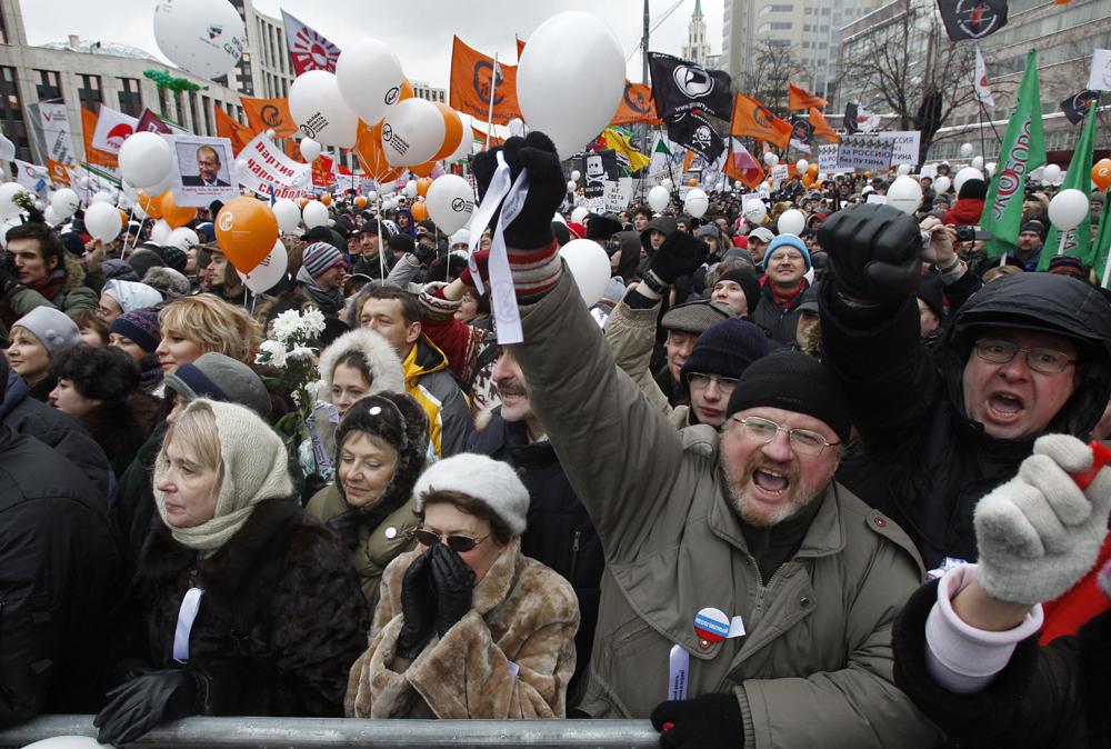 2012年3月4日~5月6日//抗議活動//2011年の下院選挙後に始まった抗議の波は、大統領選挙後には強まるばかりだった。モスクワでは「公正な選挙を」というスローガンのもと、ボロトナヤ広場で抗議活動が繰り広げられたが、その他に何万人もの人々が参加した「大衆によるデモ行進」や参加者が手を繋いで、首都のサドヴォイェ・コルツォ道で15キロ近くにおよぶ1つの線を形づくった「白の輪」の抗議などが組織された。2012年5月6日には、何千人もの人々が集結し、抗議者と警察の間で衝突が生じ、結果として400人以上が拘束された。これにより反政府運動家40人と29人の警官が負傷した。この出来事がきっかけで、公共の場での騒乱に対する罰金を10倍にする新たな法律が制定された。