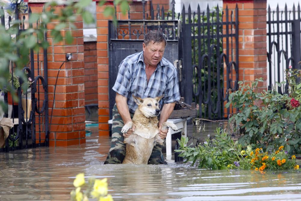 2012年7月7日//クラスノダール地方で洪水//7月7日に発生した洪水は、クルィムスクとノヴォロシースクのほか、クラスノダール地方のいくつもの人口密集地域の7,200世帯で浸水した。洪水による多数の死者数は、人的要因による過失が複数の死亡につながったという疑いから、現在調査中である。 政府当局によれば、171人の死者が見つかった。しかし、地元住民は死者数はより多いはずだと主張している。