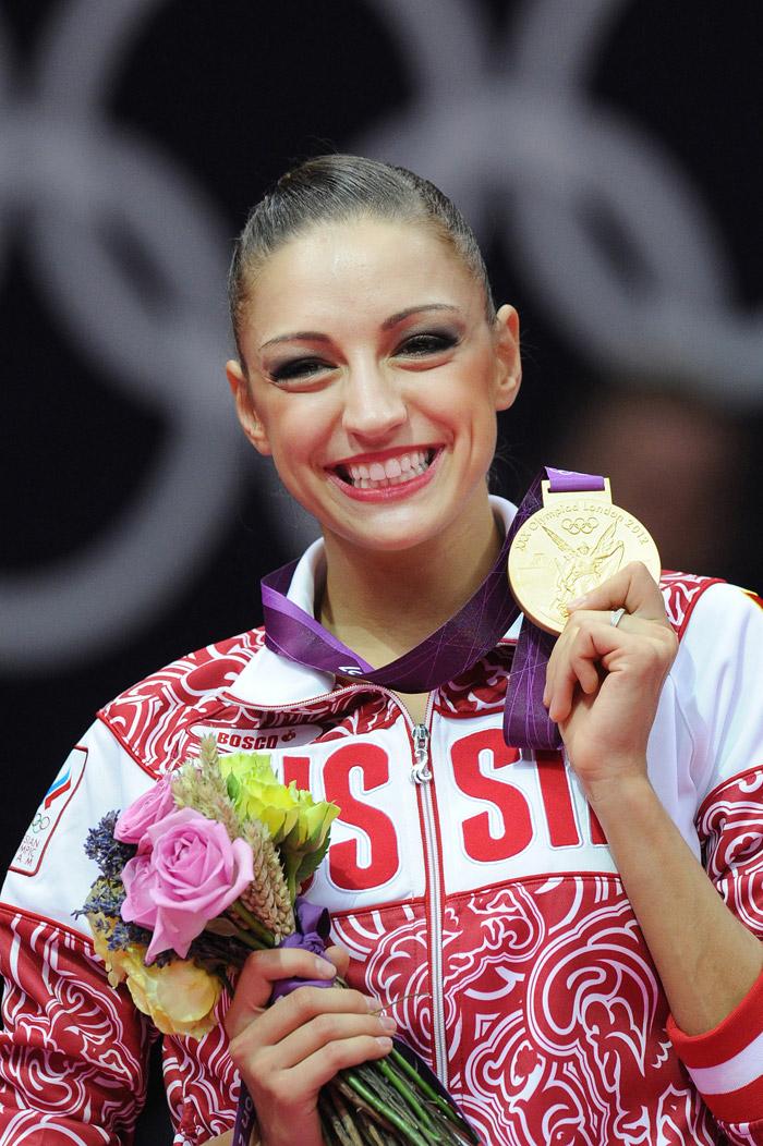 Nel 2012 la compagnia Pantene Pro-V e la testimonial Evgenia Kanaeva donano 5 milioni di rubli alla Federazione Russa di ginnastica ritmica