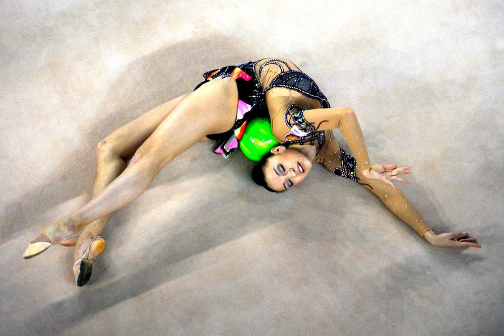 Per sostituire la ginnasta Alina Kabaeva, che aveva subito un grave infortunio, l'allenatrice della Nazionale Irina Viner sceglie Evgenia Kanaeva e le affida l'esercizio con il nastro. Il risultato è una medaglia d'oro