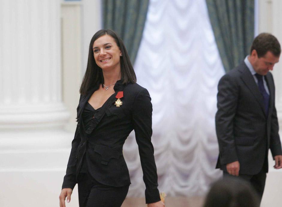 伊辛巴耶娃曾长期在摩纳哥的蒙特卡洛生活。2011年3月,她决定回到自己的家乡伏尔加格勒市。她说,这样可以有更多的时间与家人朋友在一起。