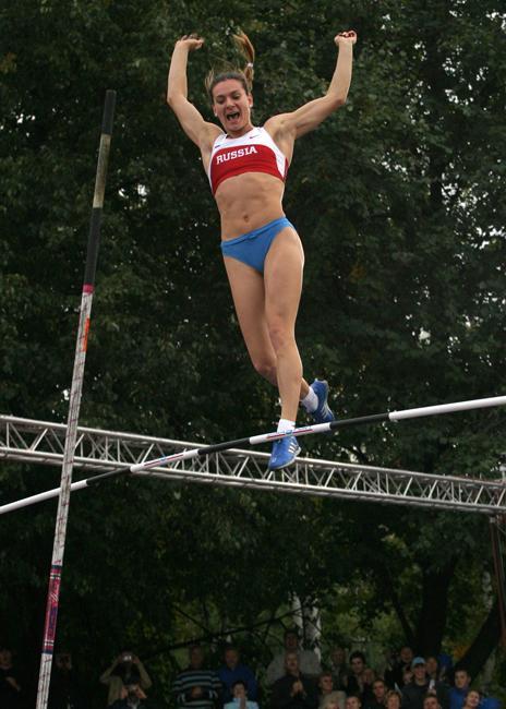 2005年7月22日,在伦敦的一次比赛中,伊辛巴耶娃成为第一位能够跳过5米高度的女子撑杆跳高运动员。