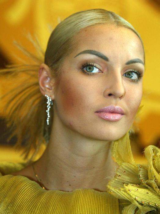Anastasía Volochkova nació en San Petersburgo el 20 de enero de 1976. Ya en su más tierna infancia encontró su vocación e ingresó en la Academia Vagánova de Ballet Ruso de San Petersburgo