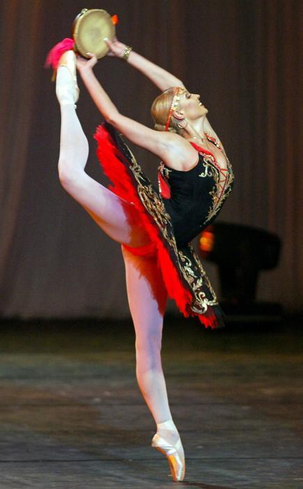 Con la compañía del teatro Marinski la bailarina ha viajado de gira por EEUU, Gran Bretaña, Japón, Corea del Sur, Francia, Alemania y otros países, atrayendo incondicionalmente la atención del público allí donde ha actuado.