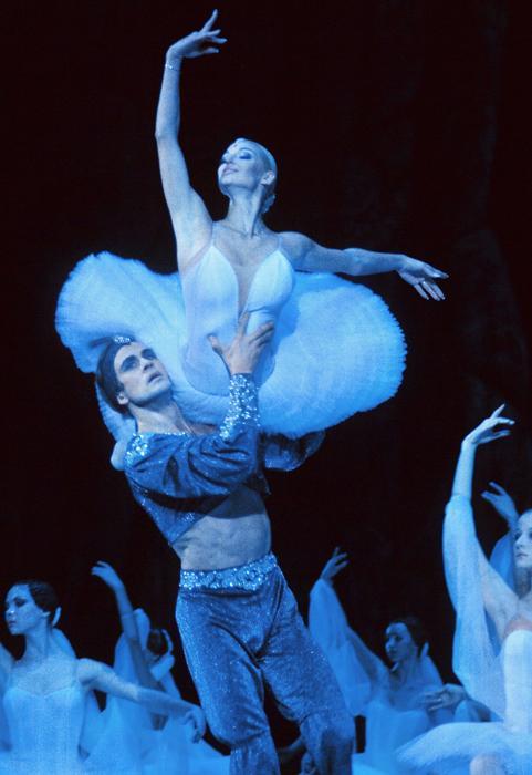 """Durante estos mismos años la bailarina comienza una gira en solitario. En otoño de 1998 participa en la puesta en escena del ballet """"Giselle"""" en Tokio con la compañía """"Nuevo ballet nacional"""" (""""New National Theatre"""")."""