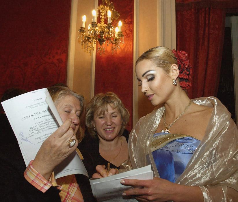 En 2003 la administración del teatro Bolshói se negó a firmar un nuevo contrato con la bailarina y la despidió sin ninguna base legal. La causa formal fue una insuficiente forma física de Volochkova y las dificultades para encontrar un compañero adecuado.