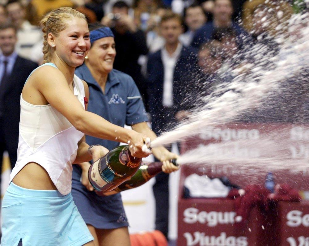 Anna Kournikova nació el 7 de junio de 1981 en Moscú, en el seno de una familia de deportistas: su padre, Serguéi, era luchador profesional y su madre, Alla, entrenadora de tenis.