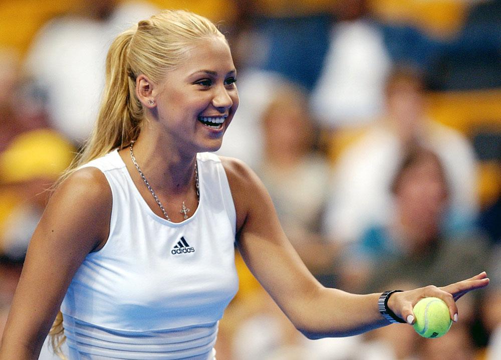 A los 14 años Kournikova se convierte en tenista profesional (1995). Participa en la Copa Federación con la selección de Rusia, convirtiéndose en la deportista más joven en participar y ganar en este torneo.