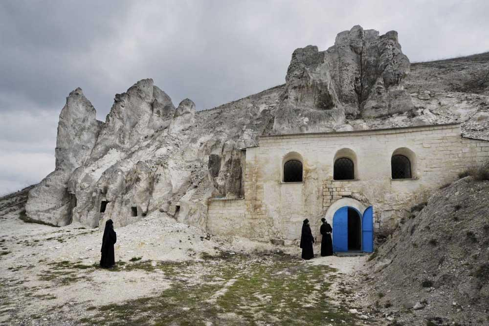 The entrance to the temple of John the Baptist// The maximum length of caves in Voronezh Region – 1.3 miles, with arches 20-meters-high. Today in Voronezh Region there are three active monasteries.
