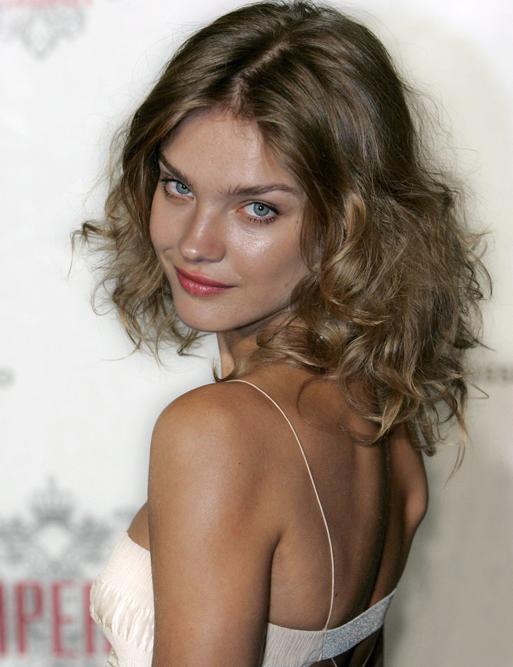 En 2003,  elle devient le « visage et le corps » officiels de Calvin Klein.