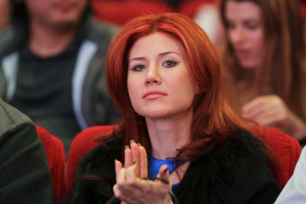Ана ги продолжи своите студии после бракот. Алекс работеше во Москва како професор по англиски јазик. Во 2003 година Ана дипломираше и набргу потоа замина за Велика Британија.