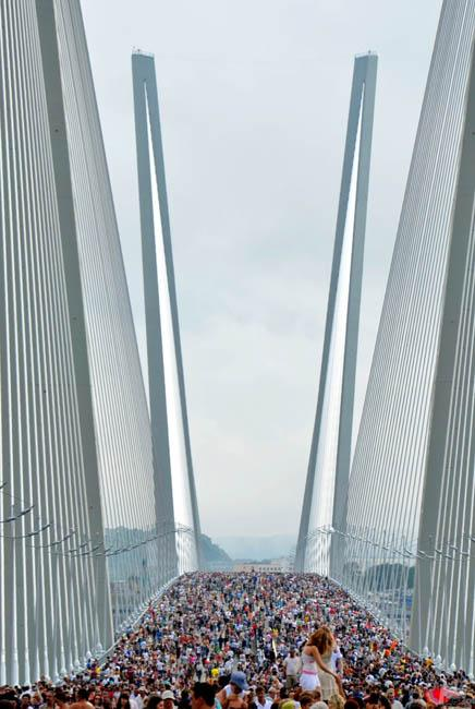 … or at least take a picture of the crowd - it looks impressive in any case // The opening ceremony of the bridge across Zolotoi Rog bay, Vladivostok