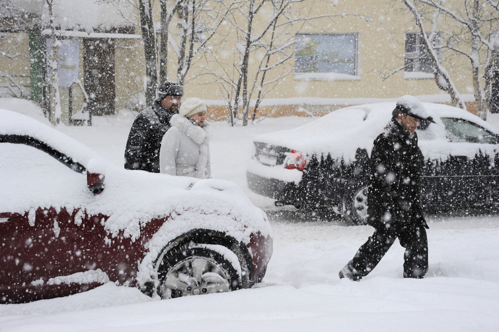 According to the Murmansk Weather Center, just in three days of March this Northern city had 85% of the month's average precipitation while the heavy snowfall pushes this number even further.