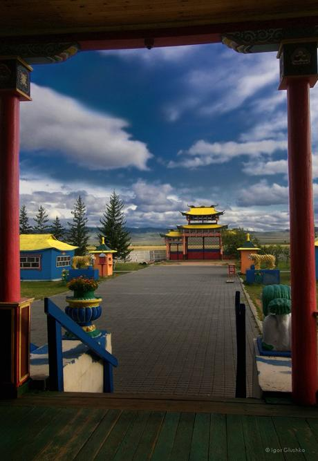 Ulan-Ude is a city where these kinds of extremes seem to live harmoniously together: merchants next to Buryat Buddhists, European Russian culture beside Asian Mongolian culture.