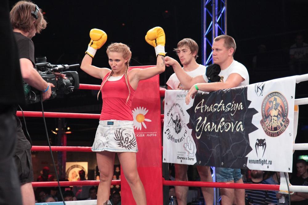 Jusqu'en 2012, Yankova était dans la catégorie amateur, puis elle a fait ses débuts le 30 mars en tant que professionnelle, ayant reçu avant de se lancer la « bénédiction » de Fédor Emelianenko.