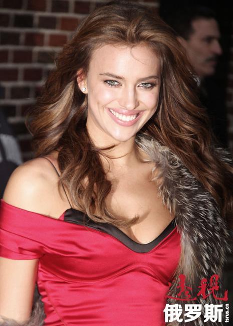 伊琳娜娇好的面容、古铜色的皮肤和丰满的嘴唇缘于其混血身份——其父是巴什基尔人,母亲是俄罗斯人。