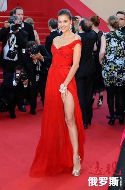 伊琳娜还出现在《GQ》、《Glamour》、《Elle》及许多其他著名杂志封面上。