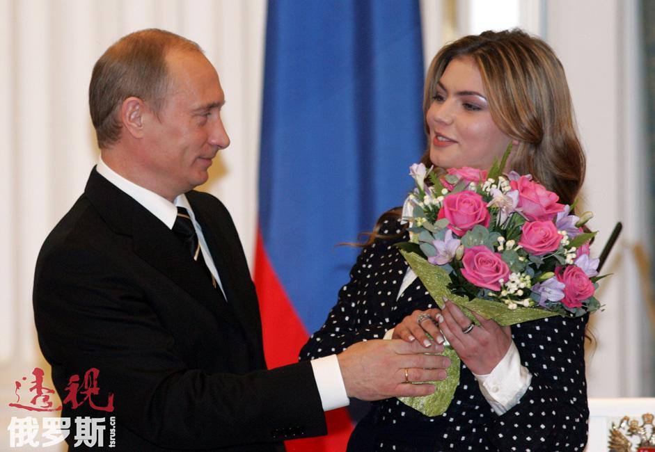 """卡巴耶娃的名字还与一则广为流传的""""绯闻""""相关。2008年4月12日,俄《莫斯科记者报》周六版刊登了卡巴耶娃将和俄罗斯总统普京结婚的消息。普京在新闻发布会上被问到该报道时回答说,这个故事""""没有一句话是真的""""。"""