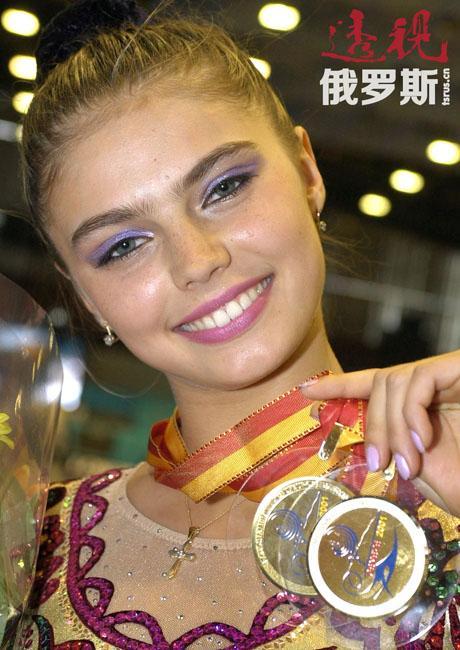 阿莉娜·马拉托芙娜·卡巴耶娃1983年5月12日生于塔什干(原苏联乌兹别克苏维埃社会主义共和国,现乌兹别克斯坦)的一个体育世家。父亲马拉特,鞑靼族,现住塔什干,曾是一名职业足球运动员;母亲柳博芙,俄罗斯族,现住莫斯科,曾是乌兹别克斯坦国家女篮队员。