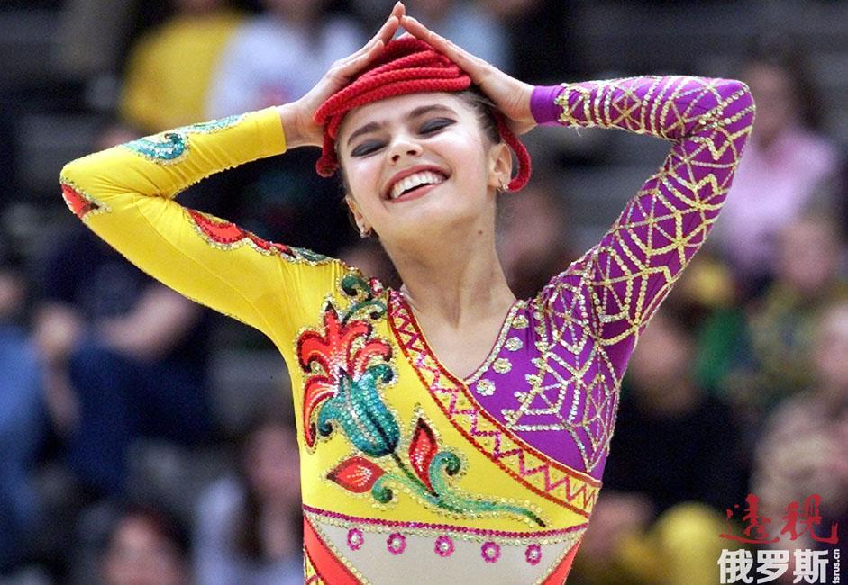 阿莉娜三岁半开始学习艺术体操。母亲希望女儿能成为一名职业花样滑冰或艺术体操运动员,但炎热的乌兹别克斯坦没有像样的花样滑冰学校,因此艺术体操就成了她的唯一选择。