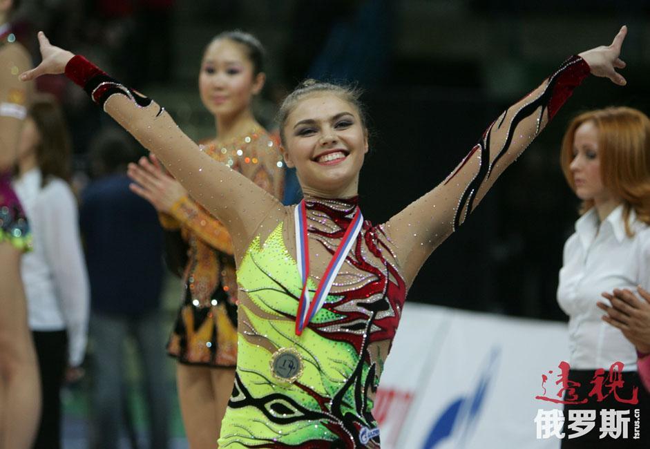1998年,阿莉娜进入俄罗斯国家艺术体操队两年后便获得欧洲冠军,时年仅十五岁,此后又四次获得欧洲冠军。1999年在世界锦标赛上夺冠。