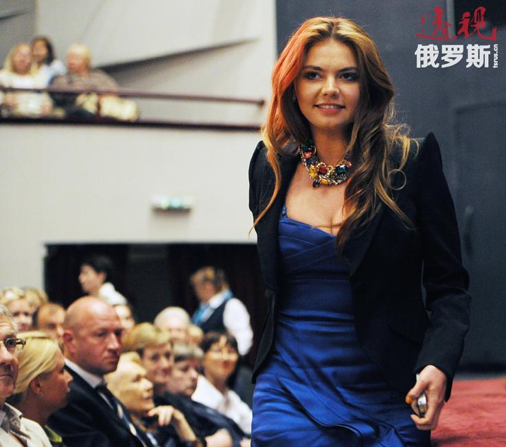 """禁赛期间,卡巴耶娃在""""7TV""""电视台主持每周一次的《体育帝国》节目,并参加了日本故事片《赤影》的拍摄。"""