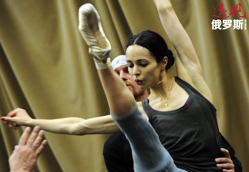 1995年,维什尼奥娃从芭蕾舞学校毕业,进入马林斯基剧院芭蕾舞剧团,并从1996年起担任独舞演员。她曾与俄罗斯人民演员奥莉加·琴奇科娃一同排练。