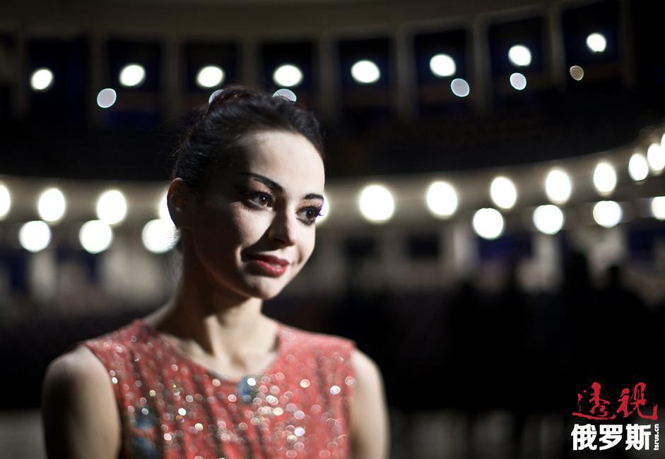 嘉娜·维什尼奥娃2001年起开始其国际演艺生涯,担任德国巴伐利亚芭蕾舞团(《曼侬》)和意大利斯卡拉大剧院芭蕾舞团(《睡美人》)的客座独舞演员。2002年,首次在柏林国家歌剧院出演(《吉赛尔》和《舞姬》)。