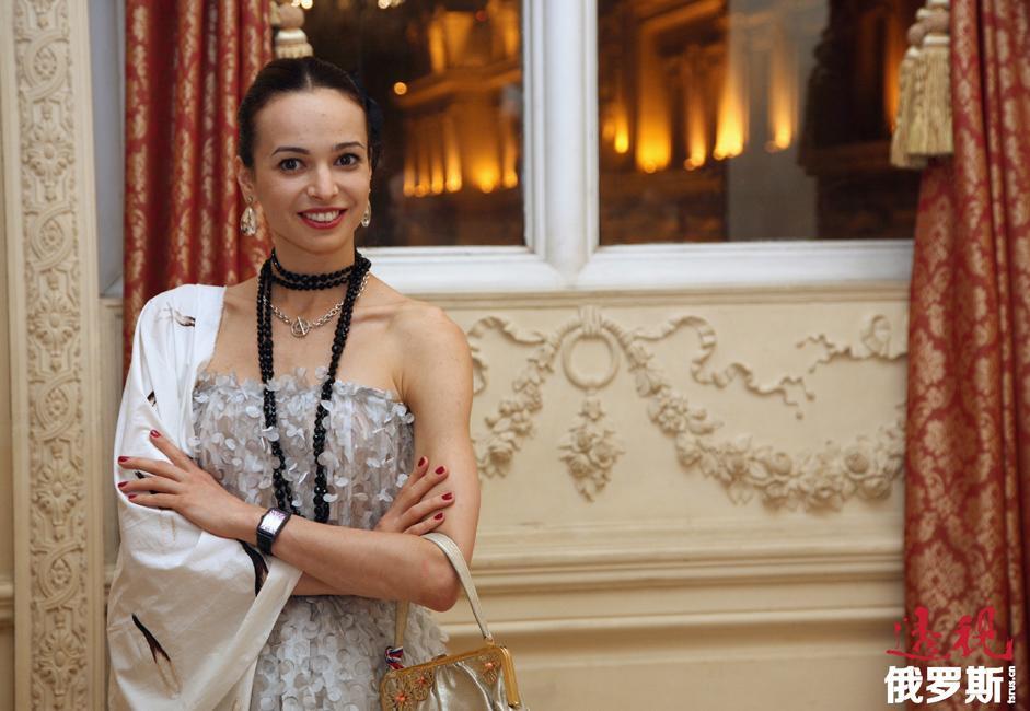 2002年,嘉娜·维什尼奥娃还在英国考文特花园皇家剧院首演,饰演《堂吉诃德》中女主角琪蒂。此后又随马林斯基剧院芭蕾舞团在纽约大都会歌剧院表演《舞姬》、《堂吉诃德》和《红宝石》。