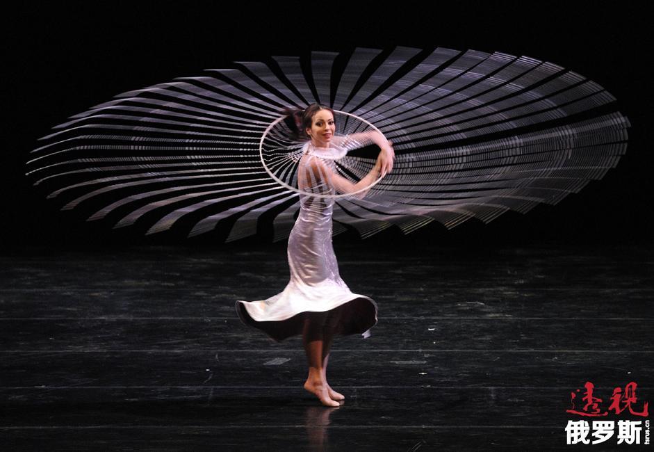 维什尼奥娃曾多次在世界著名剧院演出,如巴伐利亚歌剧院、意大利斯卡拉大剧院、巴黎大剧院、纽约大都会歌剧院和莫斯科大剧院等。