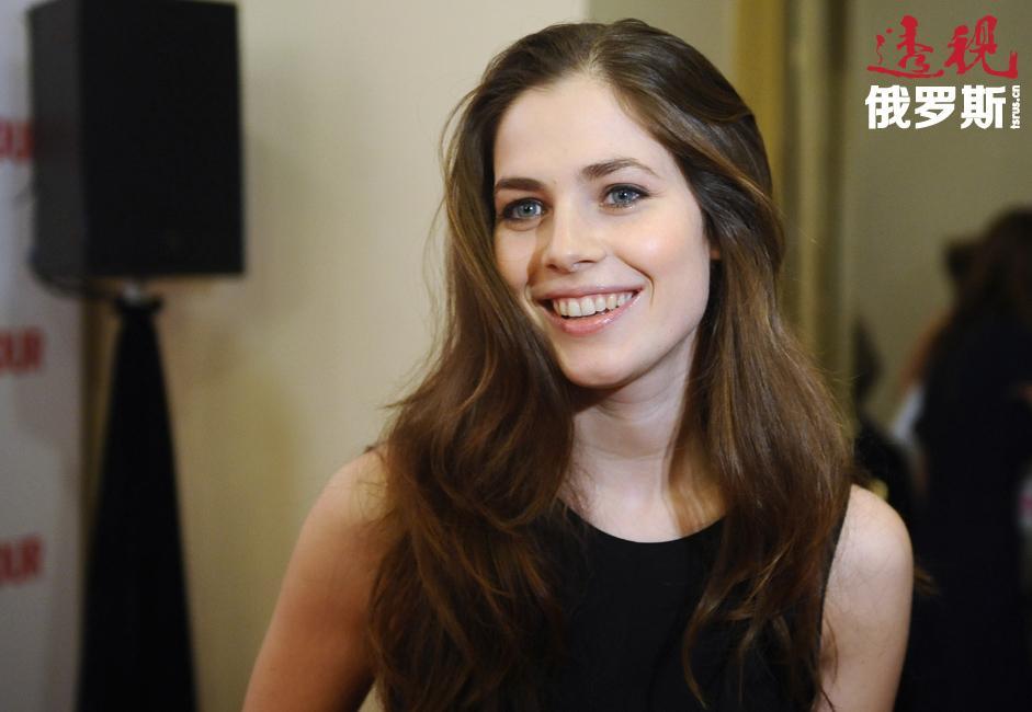 她每年只在俄罗斯逗留几个星期,但计划未来继续同俄罗斯导演合作并参加俄罗斯的舞台剧演出。