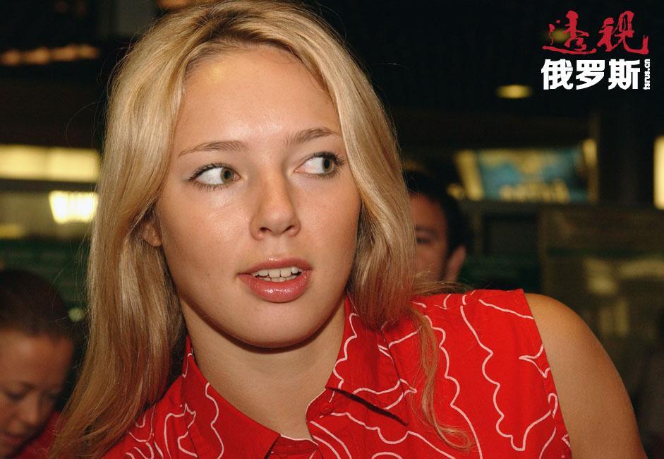 """17岁时,伊洛娜与母亲移居法国,进入巴黎""""布尔歇""""体育俱乐部。她还曾被邀请加入法国国家女子篮球队,但选择了继续代表俄罗斯参加比赛。"""