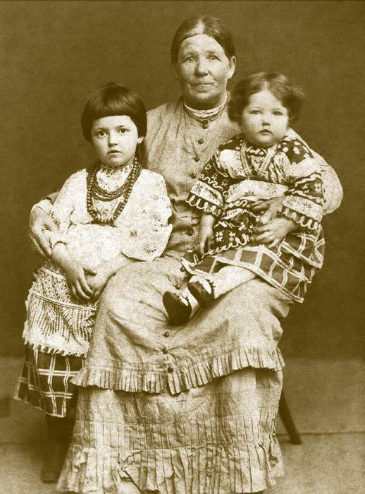 The influence of Russian folk costumes was particularly noticeable in the era of Alexander III. Most clothes were cross-stitched in the Russian style, and it was very common to finish children's clothing with colored chain-stitched lace. Russian and Ukrainian children's garments were not uncommon in the 1880s, especially among Slavophils.