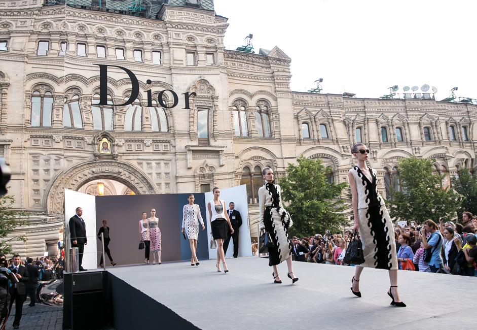 """In the new collection, Raf Simons restored Dior's classic """"goose foot"""" print."""