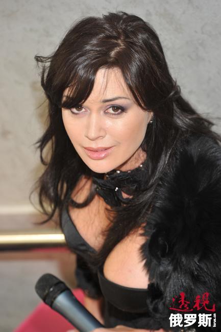 1991年,阿纳斯塔西娅参加拍摄的第一部电影《玛申卡》(根据纳博科夫的小说改编)公映,她在片中饰演主角。1993年,阿纳斯塔西娅从莫斯科艺术剧院附属学校毕业,成为奥列格•塔巴科夫(Oleg Tabakov)领导的剧院的一名演员。