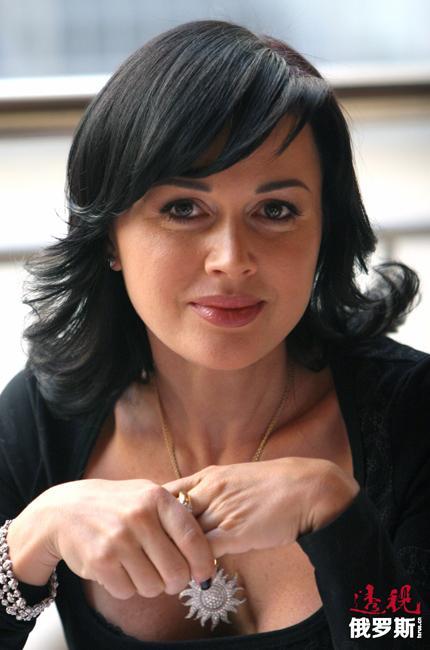 """2005年,阿纳斯塔西娅因《我的漂亮保姆》获得俄罗斯电视TEFI奖的""""电视片/连续剧最佳女演员""""奖。"""