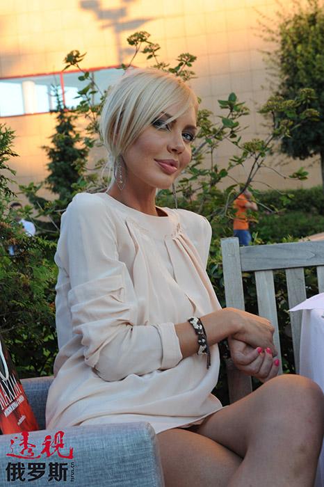 """2007年夏天,马林诺夫斯卡娅和房地产销售公司老板叶夫根尼•莫罗佐夫(Evgeny Morozov)宣布将举行婚礼。未婚夫送给她一辆新的""""梅赛德斯(奔驰——编者注)SLK""""。但十月底,双方取消了婚礼。"""