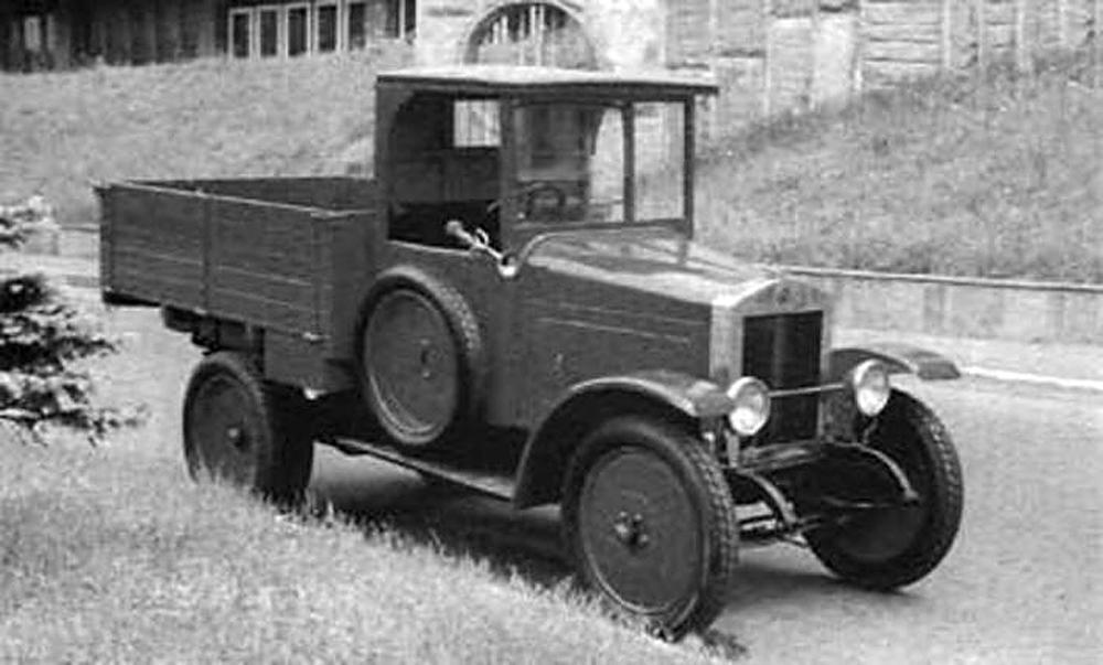 """Die Geburtsstunde der sowjetischen Fahrzeuggeschichte wurde auf den 7. November 1924 datiert. Denn genau an diesem Tag fuhren im Zuge einer Parade anlässlich des Jahrestags der Oktoberrevolution zehn Lastkraftwagen, die im Werk der Moskauer Automobilgesellschaft AMO gefertigt worden waren, auf den Roten Platz ein. Diese ersten in der Sowjetunion gefertigten LKWs erhielten den Namen """"AMO F15"""" und waren ein Nachbau des """"FIAT 15 ter"""". Der """"AMO F15"""" sollte ein Beispiel in Sachen Betriebssicherheit sein, die er bei einer Rallye anschließend an die Parade auch unter Beweis stellte. 1925 fiel dann schließlich der Startschuss für die Serienproduktion dieses LKW-Modells."""