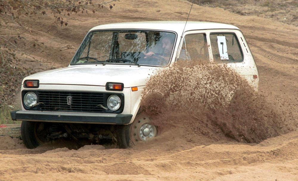 Der VAZ 2121 (Niva) war der erste sowjetische Offroader. Dieser allradbetriebene Kombi eignete sich hervorragend zum Durchqueren von unwegsamem Gelände und wurde seit 1977 im VAZ-Werk in Samara produziert. Einige Baureihen dieses Offroad-Modells werden sogar heute noch hergestellt.
