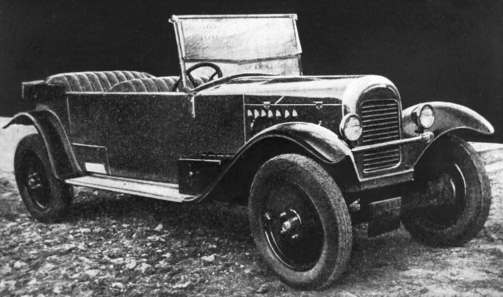 """Der erste sowjetische PKW lief im Jahre 1927 vom Band und trug den Namen """"NAMI-1"""". Mit einer Höchstgeschwindigkeit von 70 km/h und einem Motor mit 20 PS war dieses Auto nicht nur schnell, sondern überzeugte auch durch seine hohe Geländetauglichkeit die durch eine große Bodenfreiheit ermöglicht wurde. Die Konstruktion des """"NAMI-1"""" wies jedoch viele Mängel auf, was zu einer Überarbeitung des Modells führte. Doch auch diese konnte den Produktionsstopp in den 1930er Jahren nicht verhindern."""