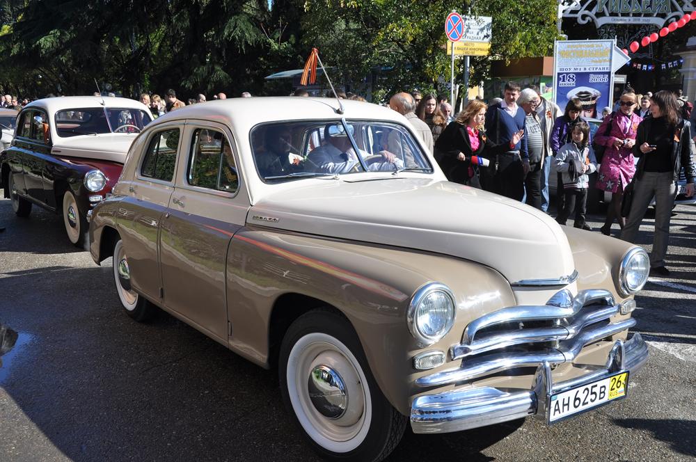 """Der """"GAZ M 20"""" """"Pobeda"""" (zu Deutsch Sieg) war ein PKW der Mittelklasse mit einem eleganten Schrägheck, der ab 1946 im Automobilwerk Gorki GAZ produziert wurde. Im Gegensatz zum Modell """"GAZ-A"""", das vor dem Zweiten Weltkrieg gefertigt wurde und auf der Technologie von """"Ford"""" basierte, war der """"Pobeda"""" zur Gänze in Russland geplant und konstruiert worden."""