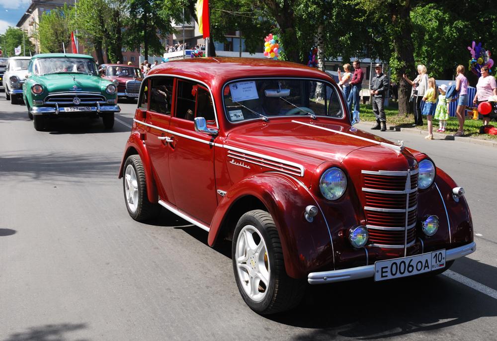 """Der """"Moskwitsch 400"""" war das erste sowjetische Auto, das für den Großteil der Bevölkerung zugänglich war. Das Modell wurde von 1946 bis 1954 produziert, als es dann von seiner modernisierten Variante, dem """"Moskwitsch 401"""", abgelöst wurde. Als Prototyp für den ersten """"Moskauer"""" diente der serienmäßig in Deutschland hergestellte """"Opel Kadett K38"""", da im Zweiten Weltkrieg die gesamten zur Autoherstellung benötigten Anlagen im besetzten Deutschland abgebaut und in die UdSSR transportiert worden waren."""