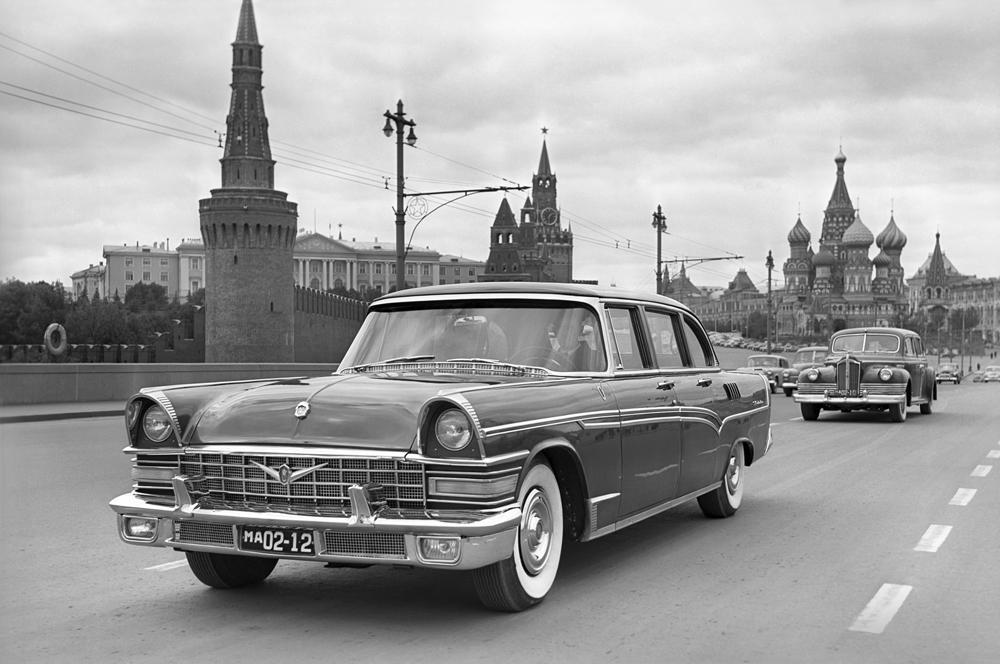 """Im Jahre 1959 kam erstmals die legendäre Limousine """"TSCHAIKA GAZ-13"""" auf die Straßen der Sowjetunion. Dieses Modell war der politischen Führung des Landes vorbehalten und beeindruckte durch seine Einzigartigkeit: ein Motor, der eine Spitzengeschwindigkeit von bis zu 160 km/h zuließ, ein X-förmiger Rahmen, ein Fahrgastraum mit sieben Sitzplätzen und ein revolutionäres Automatikgetriebe. Das Design des Elitewagens hatte die """"Möwe"""" von der Limousine Packard."""
